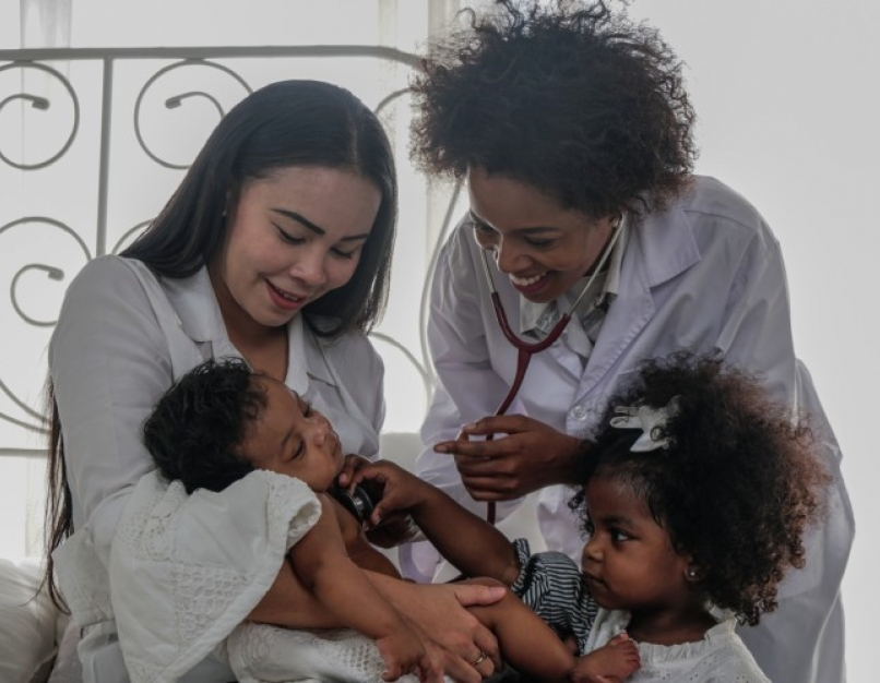 An FNP consults with a mother and her young family.